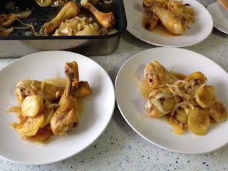 Pollo asado con patatas, cebolla y pimentón
