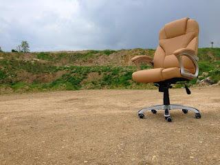 memperbaiki-kursi-kantor.jpg