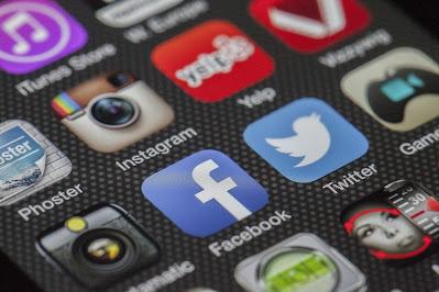 صورة لواجهة هاتف ويظهر فيها أيقونة البرنامج الشهير إنستغرام