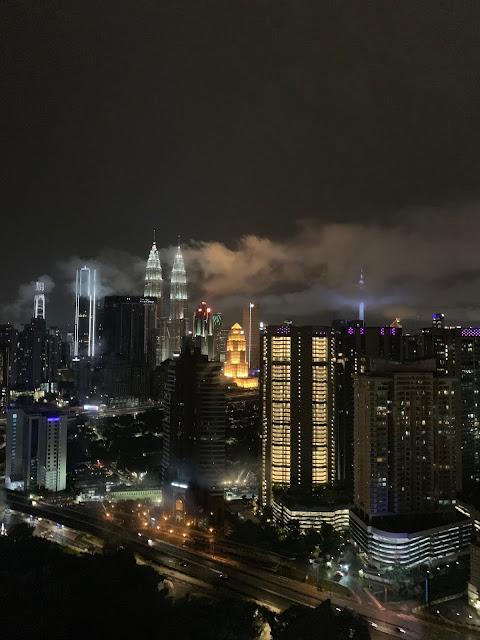 Szukasz noclegu w Kuala Lumpur? Gdzie spać w Kuala Lumpur? Oto nasz nocleg z basenem na dachu w jednym z najwyższych apartamentowców w mieście.