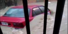 Hombre queda atrapado junto a su vehículo tras fuertes inundaciones en Santiago