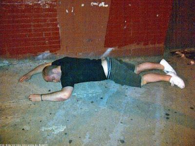 Betrunkener Mann liegt auf dem Boden witzig