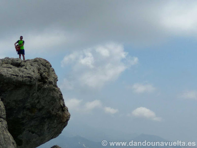 Saliente en la piedra, subida a la Maroma