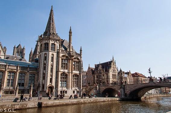 Vista del puente de San Miguel en Gante en Belgica