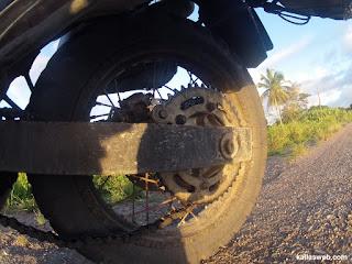 Corrente da moto fora do trilho.