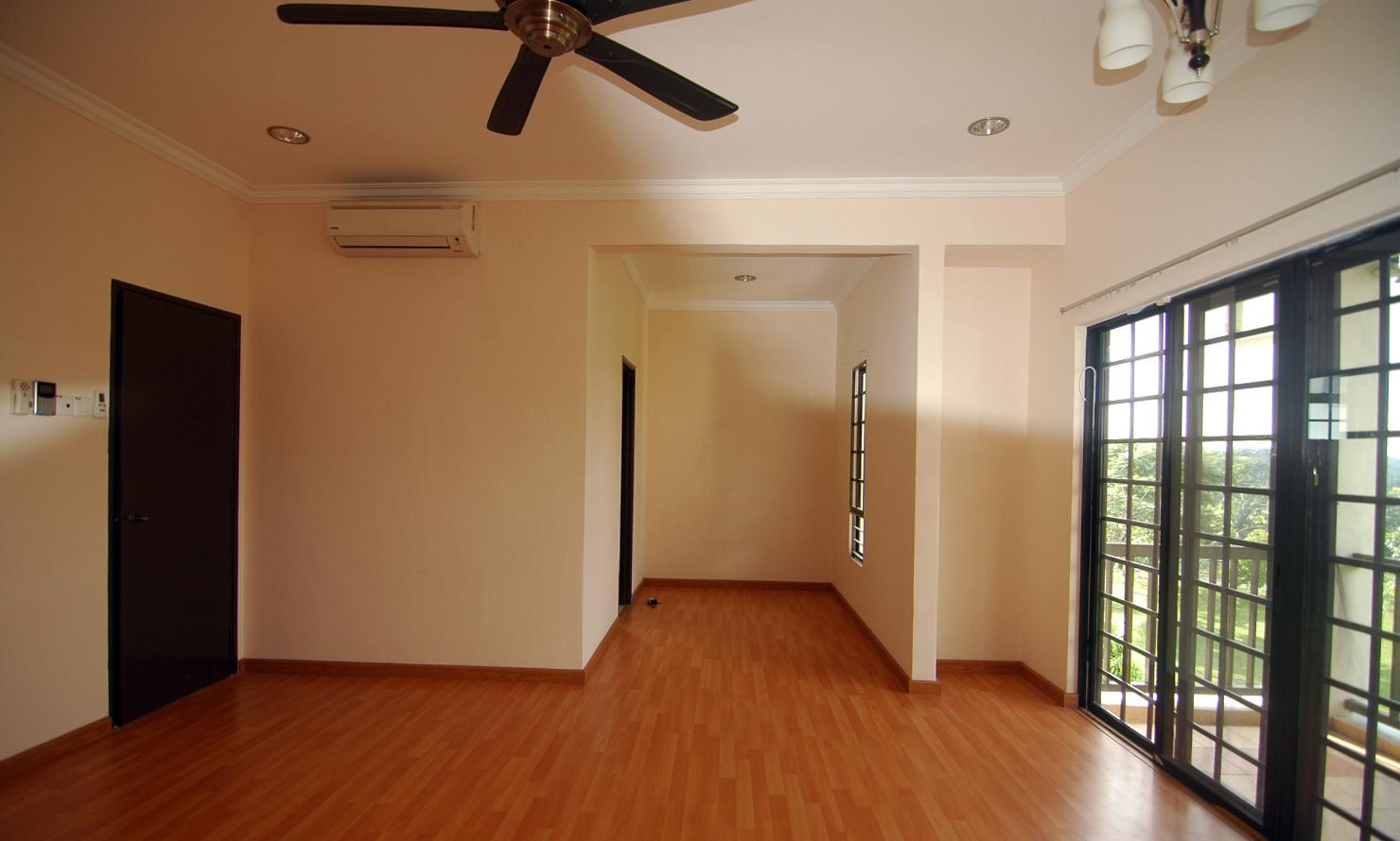 Pintu Masuk Sebelah Kiri Bilik Air Dan Wardrob Di Tengah Balkoni Kanan