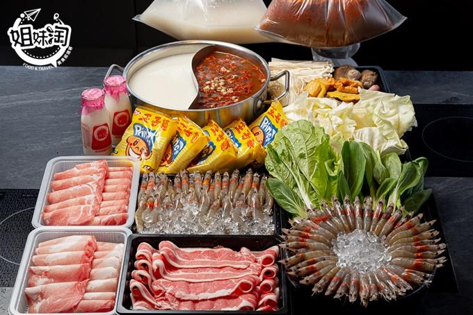 新光三越裡的XL份量990海陸套餐,壽星專案買1500再送30隻急凍白蝦,牛奶鍋加送兩瓶鮮奶,還有店員幫你煮好的個人即享鍋!-九勺涮涮鍋