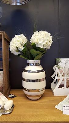falske blomster i nettbutikk
