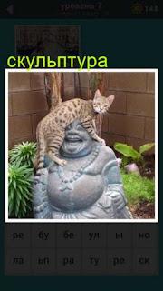 на скульптуру будды залезла кошка в игре 667 слов 7 уровень