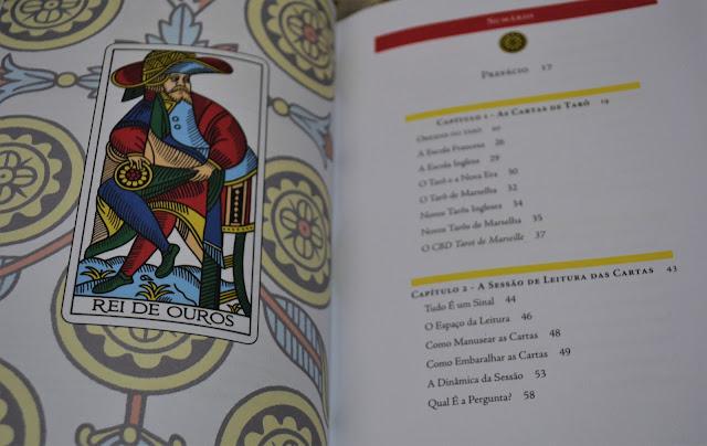 """Foto da carta do tarô """"Rei de Ouros"""" (à esquerda) e do índice do livro O tarô de Marselha Revelado."""