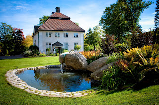 jardin con fuente de agua