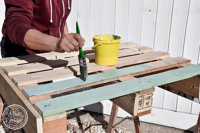 Holzpalette mit Kreidefarbe streichen