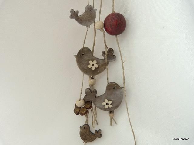 zawieszka z drewnianymi ptaszkami