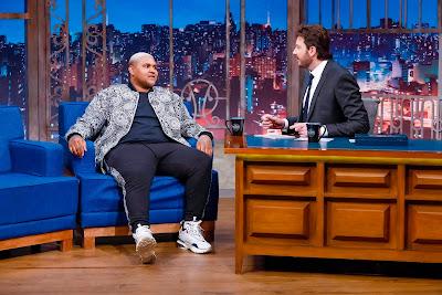Kevin e o apresentador (Crédito: Gabriel Cardoso/SBT)