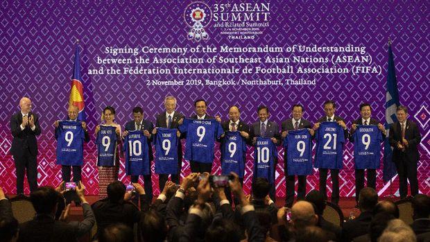 Beda! Cuma Jokowi yang Dapat Jersey No 21 dari Presiden FIFA