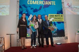 Valda Arruda e o presidente Daniel Muniz com os homenageados:  Valdirene (Jabem) e Luiz (Drogaria Silveira)