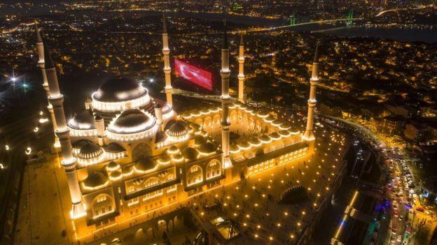 في تركيا، افتتاح أكبر مسجد فيها