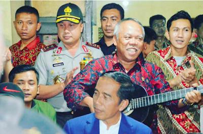 Presiden Republik Indonesia Ir. Joko Widodo bernyanyi bersama Musik Okes di Bandung