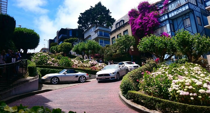Cars sharp turning on Lombard Street