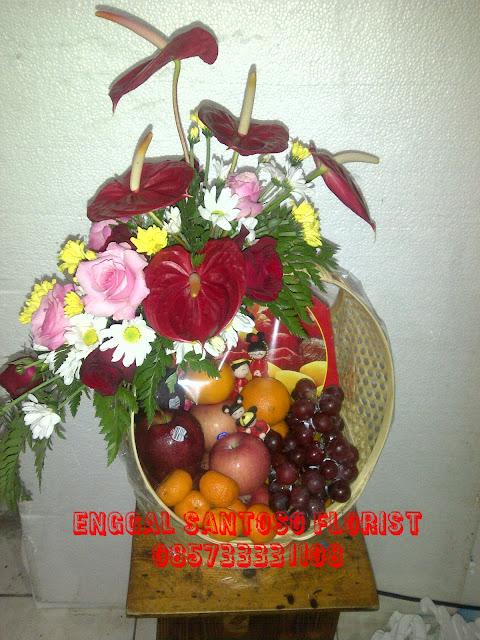rangkaian parcel bunga dan buah imlek