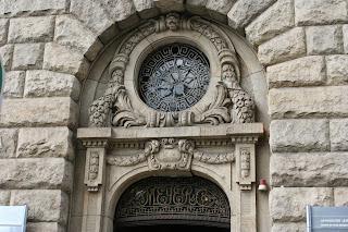 Die Initialen Meyer & Co. im Gitter über der Tür sind noch vorhanden