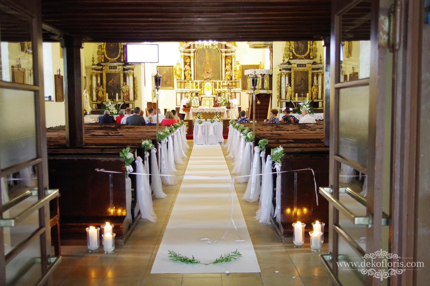 Biała dekoracja kościoła - biały dywan i kwiaty- ślub Marcinkowice