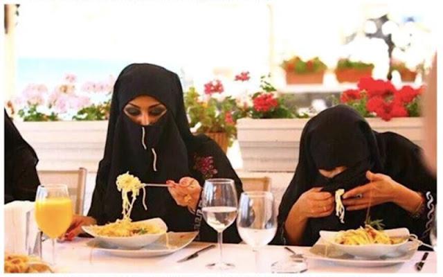 Каким образом арабские женщины едят в ресторанах?