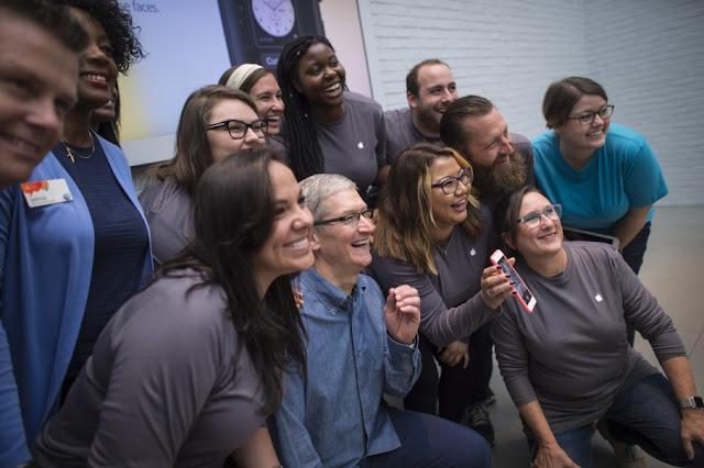 Tim Cook surpreende Apple Store da Georgetown para o lançamento do iPhone