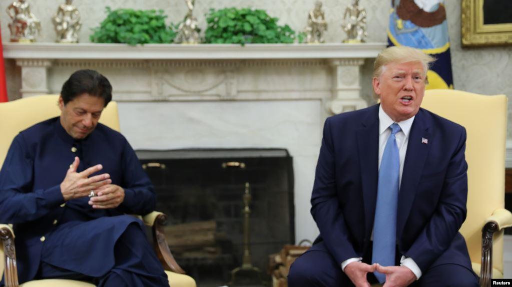 El presidente de EE.UU., Donald Trump, habla con periodistas durante una sesión fotográfica con el primer ministro de Pakistán, Imran Khan en la Casa Blanca. Julio 22 de 2019 / REUTERS