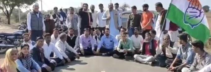 मंदसौर कांग्रेस कमेटी द्वारा पूर्व सांसद मीनाक्षी नटराजन के नेतृत्व में राजा खेड़ी रोड पर नए कृषि कानून के खिलाफ किया विरोध प्रदर्शन , रास्ते को किया जाम ।