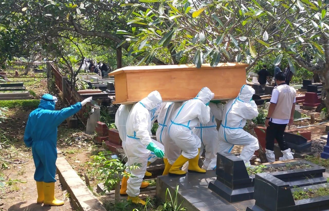Pasiops Kodim 0410/KBL Kapten Inf Dja'far hadiri pelaksanaan pemakaman jenazah yang merupakan warga Jl. Mayor Salim Batubara Teluk Betung Utara