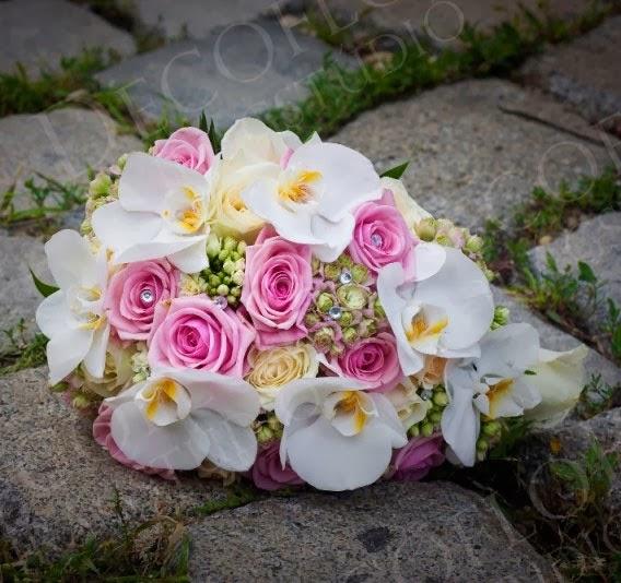 Rózsaszín rózsa, fehér orchidea menyasszonyi csokor