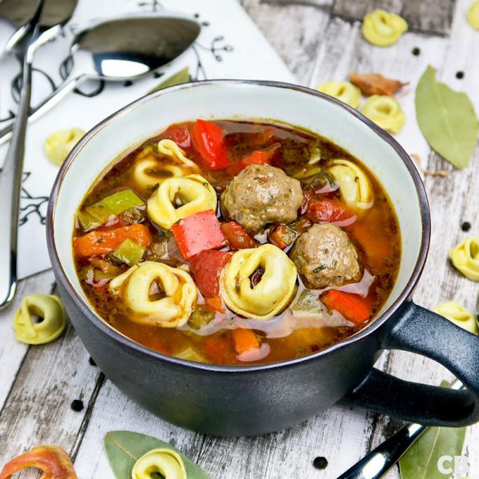 Italiaanse tomaten-groentesoep met tortellini