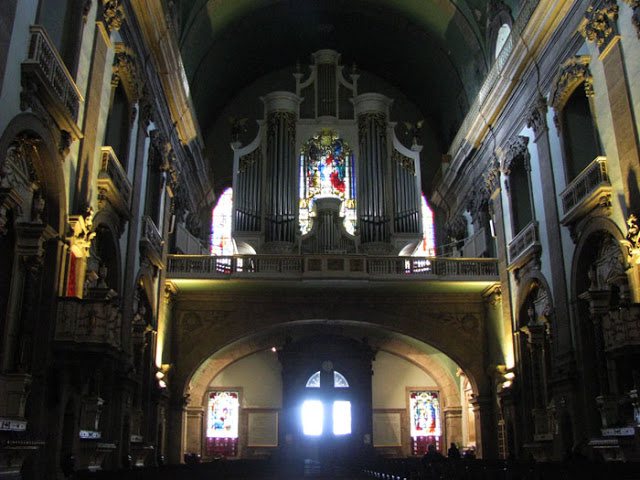 Igreja da Lapa, sua porta, altares laterais, órgao ibérico e vitrais