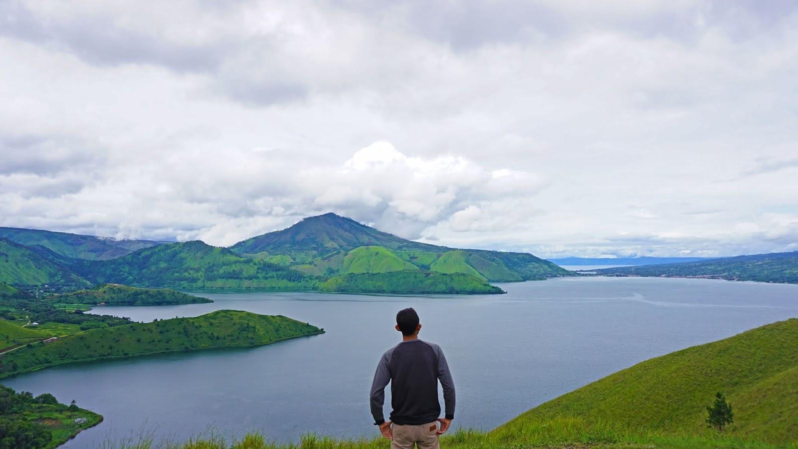 Danau-Toba-dari-Bukit-Holbung.jpg