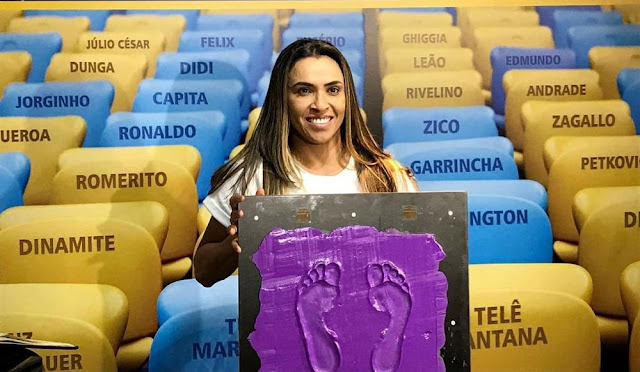 Jogadora  Marta eterniza pés na calçada da fama do Maracanã
