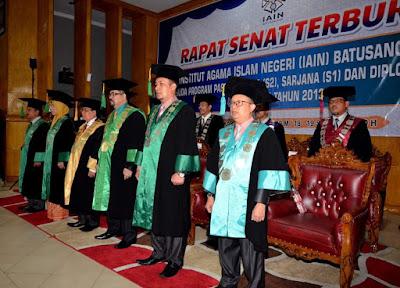 Rektor Wisuda 318 Orang Mahasiswa FTIK