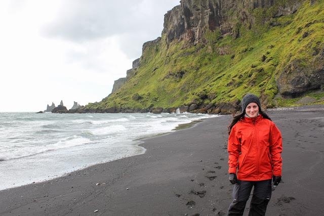 Playa de arena negra de Vík con los Reynisdrangur al fondo