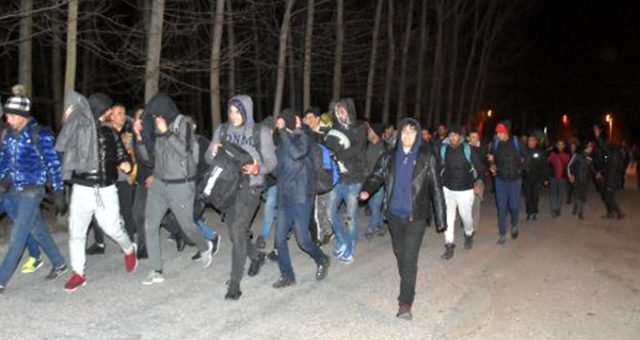 Πέρασαν περπατώντας τα ελληνικά σύνορα 300 πρόσφυγες