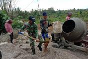 Semangat Gotong Royong Personel Satgas Pamtas Yonif 642/Kps bersama Warga Membangun Jalan Desa