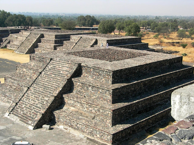 Stepped-pyramids all along the Avenue of the Dead