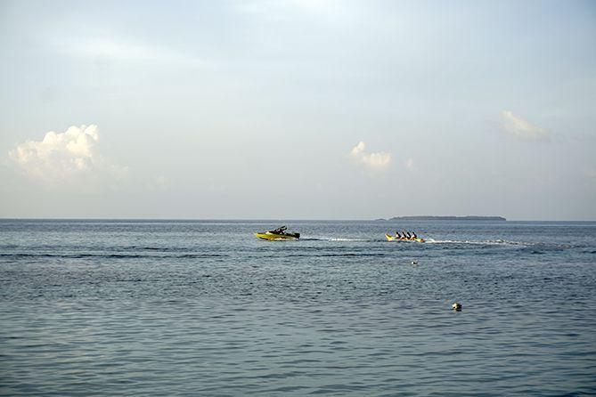 Wisatawan bermain banana boat di Karimunjawa