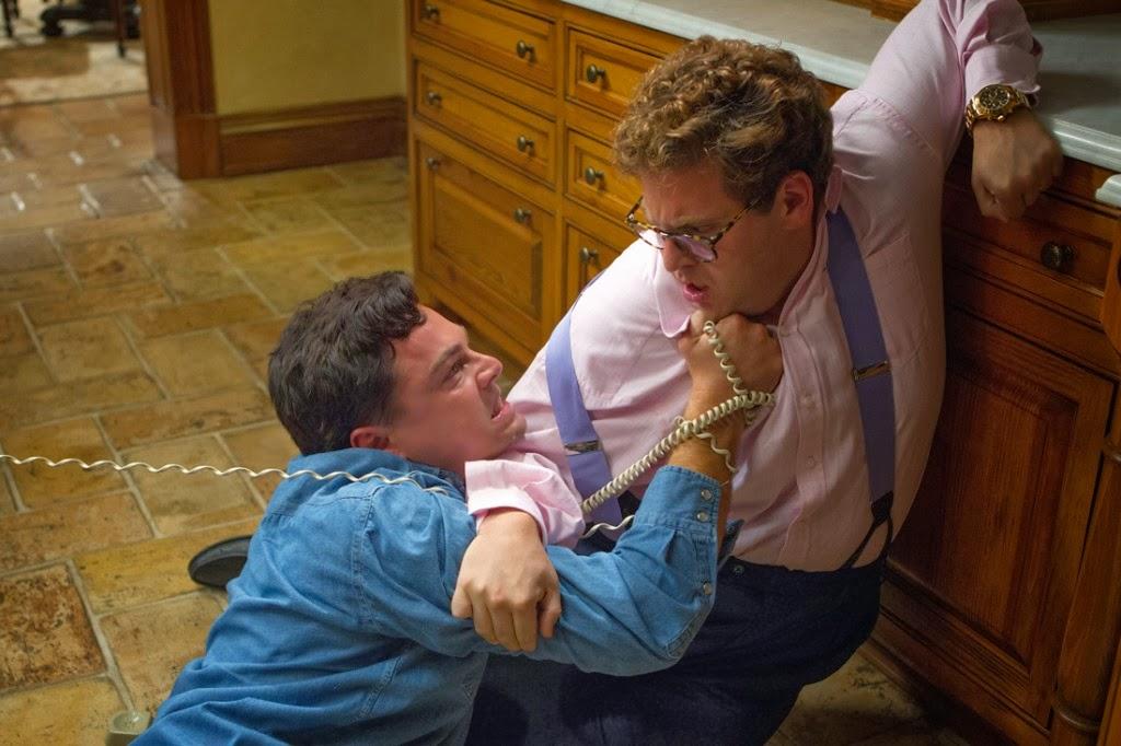 Belfort (DiCaprio) y Donnie (Jonah Hill) luchando totalmente drogados