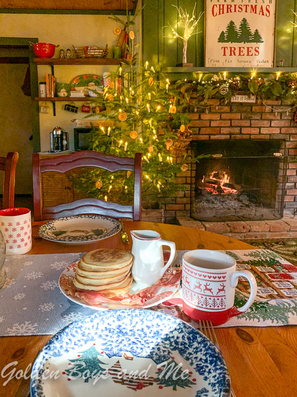 Rustic cabin dining area with Christmas decor - www.goldenboysandme.com