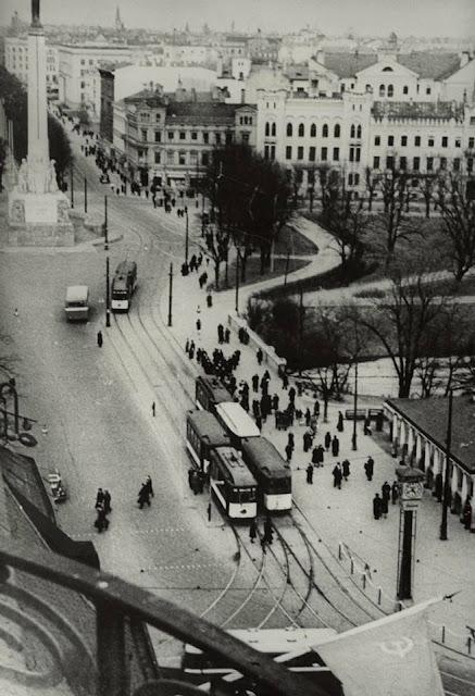 """Рига. Бульвар Бривибас. Монумент Свободы уже на месте. Часы частично обрели рекламу """"Laima"""""""