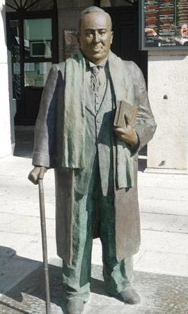 Foto a la estatua de Antonio Machado parado
