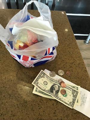 comprando comida no aeroporto de Miami