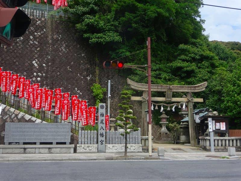 椎尾八幡宮入り口。ズラリと並ぶ赤い旗が壮観です。