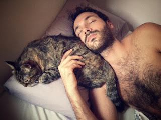 hombre durmiendo con un gato