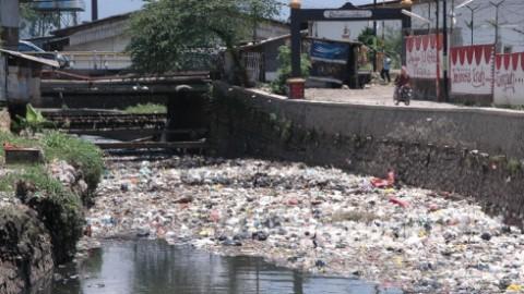 sampah di sungai mengganggu pemandangan